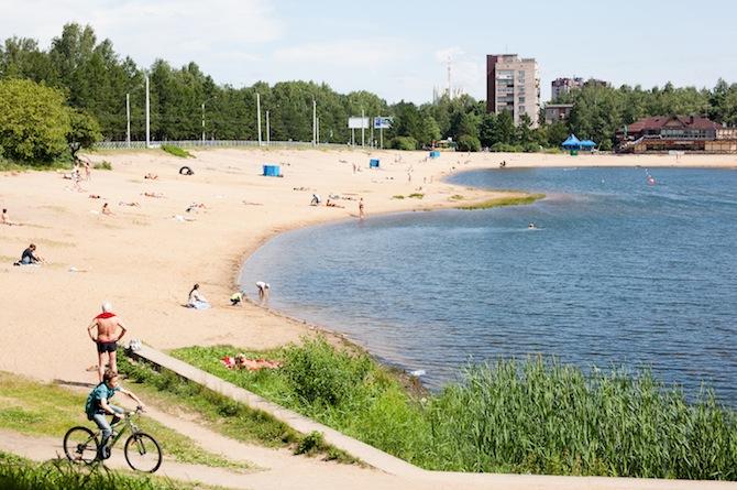 Sunbathers by Park Sosnovka
